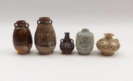 Fünf kleine VasenAsien u.a.Vierkantvase (H. 8 cm) und Tuschetropfer (H 6,5 cm, Hals restauriert),