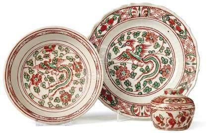 Drei Teile Swatow-WareChina, 16./17. Jh.Teller mit gerippter Wandung (Ø 20 cm, kleine Randbestoßung)