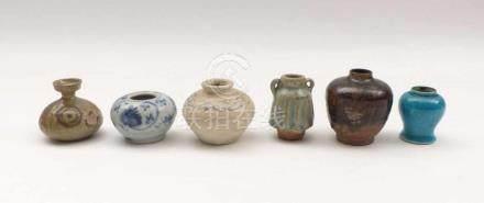 Sechs kleine VasenAsien, 9. - 18. Jh.Blauweiße Vase mit Chrysanthemendekor, China, H. 4,5 cm.
