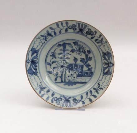Teller mit Blauweiß-DekorChina, Qing-Dynastie, 18./19. Jh.Runde, tiefe Form mit blühenden Sträuchern