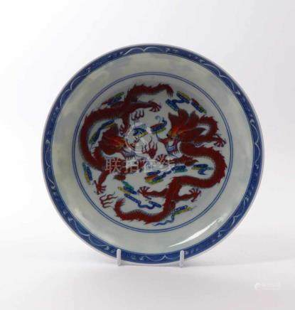 Schale mit DrachendekorChina, 20. Jh.Gemuldete Form über rundem Standring, im Spiegel zwei