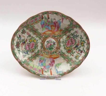 "Kanton-Schale mit ""Famille rose""-DekorChina, Qing-Dynastie, spätes 19. Jh.Ovale, passig"