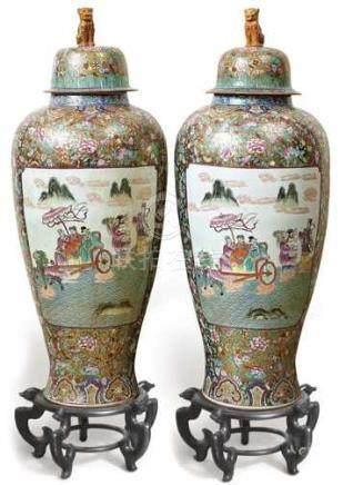 Paar große PalastvasenChina, um 1900Hochschultrig gebauchte Form mit kurzem Zylinderhals,