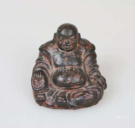 Kleiner lachender Buddha, Bronzeguss, Mingstil, wohl 18. Jh., patiniert. H.: 7,5 cm.