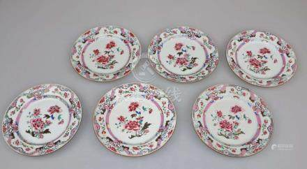 China, Qing-Dynasty, 6 Famille Rose-Teller. Porzellan, Polychrome Schmelzfarbenmalerei mit Blumen-