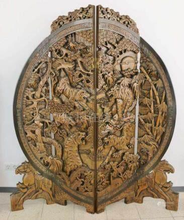 Vierteiliger Stellschirm (Paravent) aus Holz, Asien, monumentales Rundschild auf quergelagertem