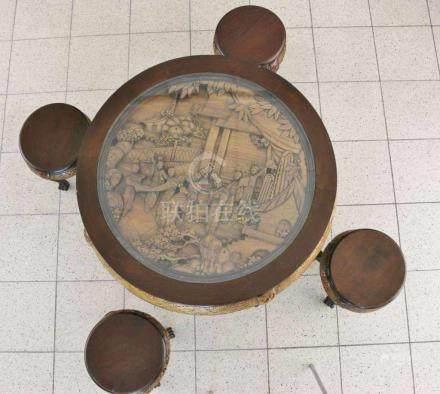 Runder Tisch und vier Hocker aus Holz, Asien. Tischblatt reich und fast vollrund beschnitzt mit
