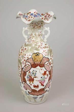 Vase, Porzellan China, wohl 19. Jh., rote Dreiermarkung am Stand, Familie Rose, reiche figürliche