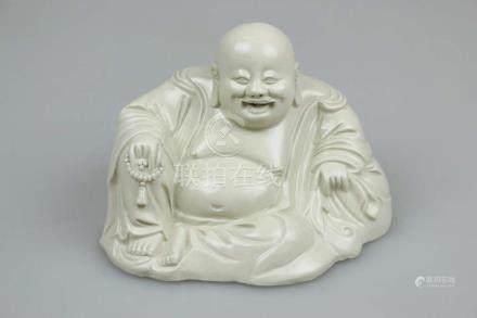Buddha Hotei, Keramik, im Dehua Stil, glasiert. H.: 14 cm.