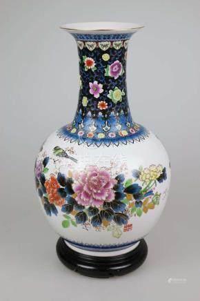 Bodenvase, China, 20. Jh., bauchiger Korpus mit langem Hals und breiter Lippe, weißgrundig,