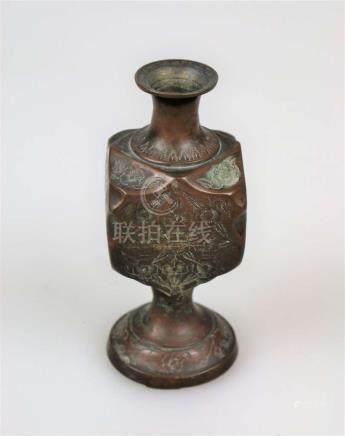 Vase, Asien, 19./20. Jh., vierkantiger Korpus auf trichterförmigem Rundfuß, eingezogener,