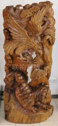 Große Reliefplastik, China, Holz, lasiert, Darstellung eines Tigers von einem Adler angegriffen.