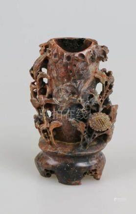 China, Specksteinschnitzerei um 1900, Gefäß für Trockenblumen, fein gearbeitete Blumenschnitzerei,