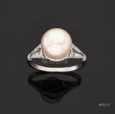 BAGUE En platine, ornée d'une jolie perle de