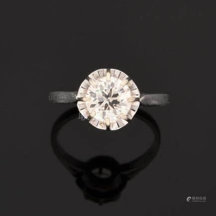 BAGUE En platine, sertie sur griffes d'un diamant