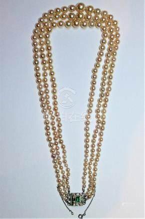 COLLIER de trois rangs de jolies perles de