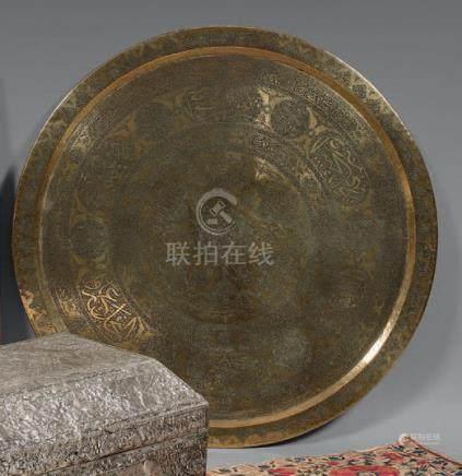Grand plateau circulaire en laiton, Proche-Orient, fin du XIXe siècleDécor inci