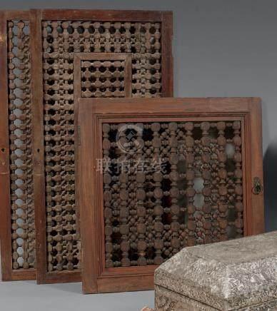 Trois panneaux en bois à moucharabié, Égypte, fin du XIXe siècleBois tourné et