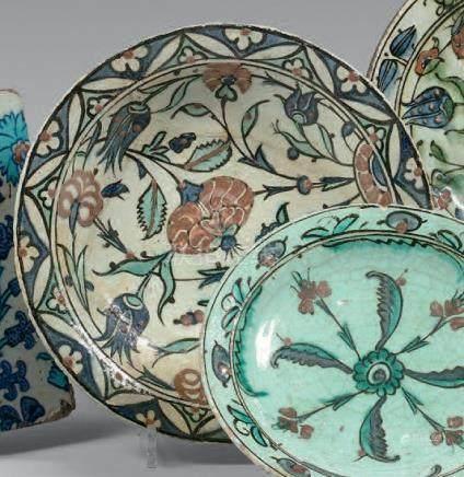 Plat tabak à composition florale, Turquie ottomane, Iznik, XVIIe siècleCéramiqu