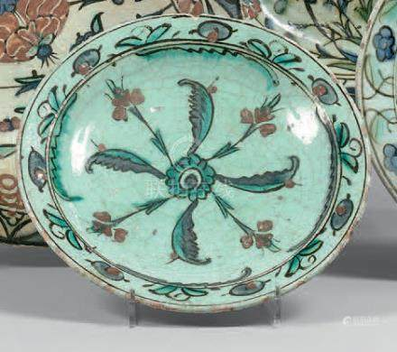 Plat tabak à rosette tournoyante, Turquie ottomane, Iznik, fin du XVIIe siècleC