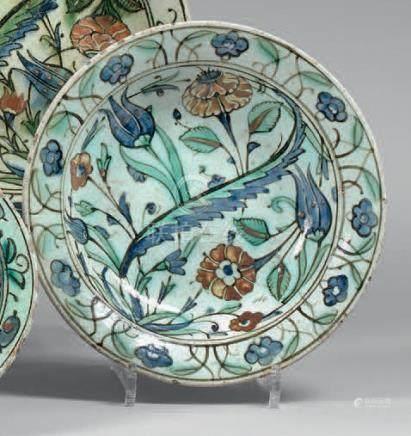 Assiette à composition florale, Turquie ottomane, Iznik, XVIIe siècleAssiette e
