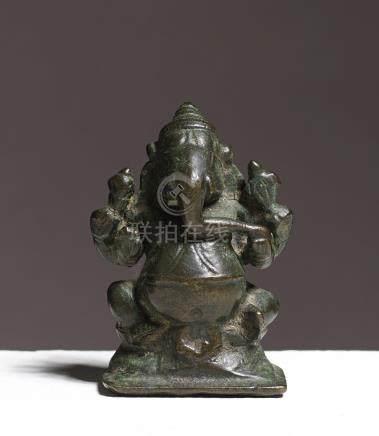 Ganesha assisINDE MÉRIDIONALE, CA 18°-19° SIÈCLEAlliage cuivreux. H. 5 cm
