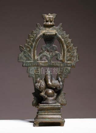Ganesha assis sous un toranaInde méridionale, ca 18°-19° siècleAlliage cuivreux