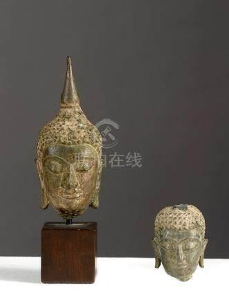 Deux têtes de BuddhaThailande ca 17°-18° siècleAlliage cuivreux. H 11 et 5,5 cm