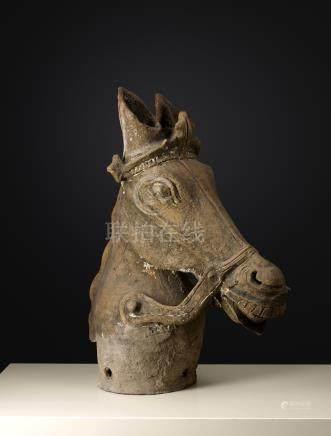 Tête de cheval d'AyyanarInde, Tamil Nadu, ca 19° siècleTerre cuite. H. 67 cmRar