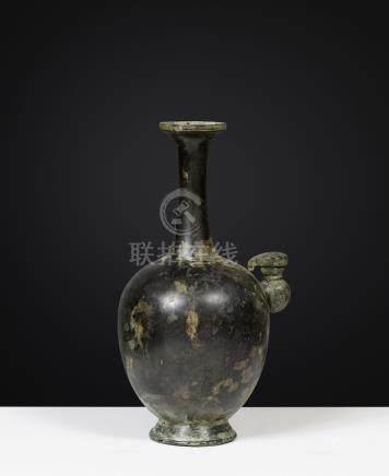 KundikaChine, Dynastie Tang (7°-10° siècle)Alliage cuivreux. H. 22 cmLa panse d