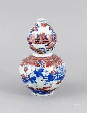 Bottle gourd vase, China, 19th/20th century. Decor in underg