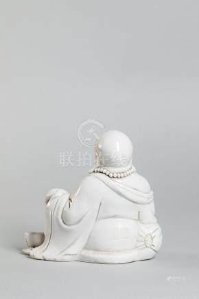Le sage taoïste Putaï assis en délassement vêtu d'une toge monastique et d'un [...]