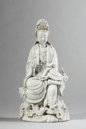 Le Boddhisattva Kwan yin assis à l'européenne un pied reposant sur une végétation [...]