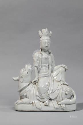 Le Boddhisattva Kwan yin assis en délassement sur l'animal chimérique kilin, vêtu [...]