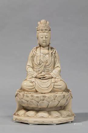 Le Boddhisattva Kwan yin assis en méditation sur un important socle lotiforme , [...]