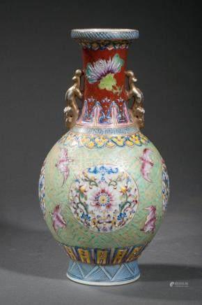 Vase balustre en porcelaine famille rose orné au col d'une paire d'anses zoomorphes [...]