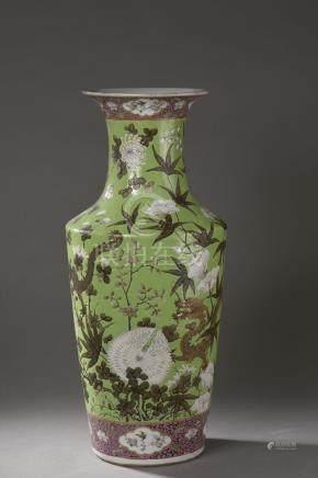 Vase balustre à épaulement oblique et col évasé en porcelaine décoré en émaux [...]