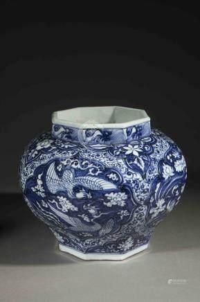 Jarre à piètement et col octogonal en porcelaine blanche décorée en bleu cobalt [...]