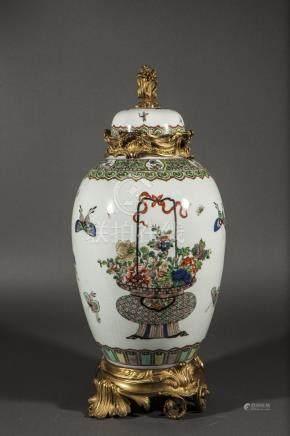 Potiche couverte en porcelaine de la famille verte décorée en émaux polychromes [...]
