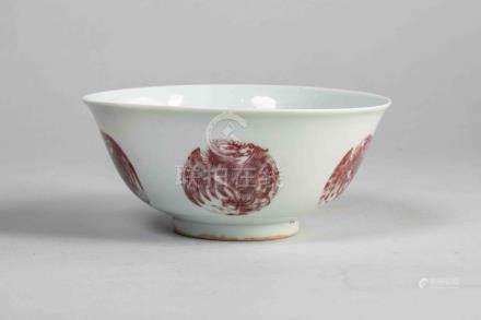 Coupelle sur pied en couronne à paroi évasée en porcelaine blanche ornée en rouge [...]