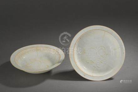Paire de fines coupelles Qinbaï à marli évasé en pétales de fleur décorée d'un [...]