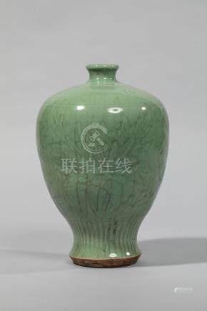 Vase Meïping en épaisse porcelaine du longquan décoré en incision sous glaçure [...]