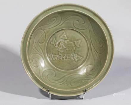 Plat en épaisse porcelaine du longquan à décor incisé sous glaçure monochrome [...]