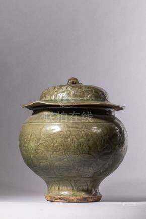 Bouillon en épaisse porcelaine du longquan à large panse sur piédouche à [...]