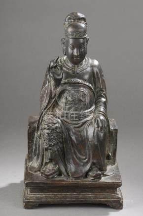 Dignitaire assis sur un trône vêtu d'une longue tunique couvrant une cuirasse et [...]