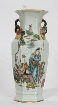 PETIT VASE HEXAGONAL EN PORCELAINE CHINE DEBUT XXè En porcelaine à décor [...]