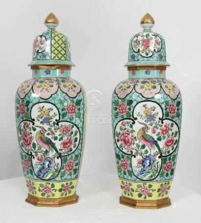 PAIRES DE POTICHES EN PORCELAINE CHINE XIXè En porcelaine polychrome à motifs [...]