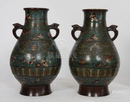 PAIRE DE VASES BALUSTRES EN CLOISONNE CHINE En bronze émaillé à motifs de [...]