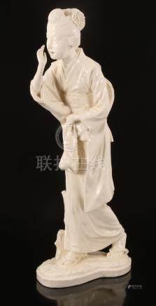Chineesaardewerken beeld van een geisha, met blindmerk onderzijde 62,5 cm hoog (2 chipjes van zijkant kimono en sandaal linkervoet)