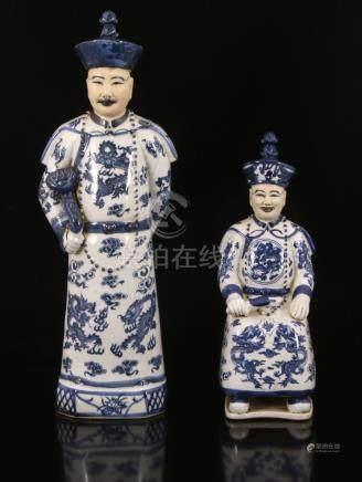 Chinees porseleinen beeld van man met scepter 44,5 cm hoog en man met rol, 20e eeuw30 cm hoog